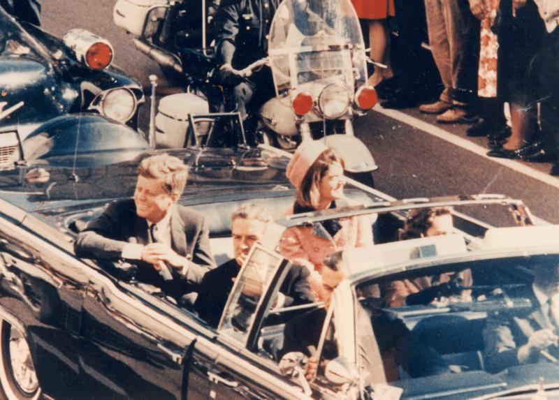 800px-JFK_limousine_cut_off_ver.